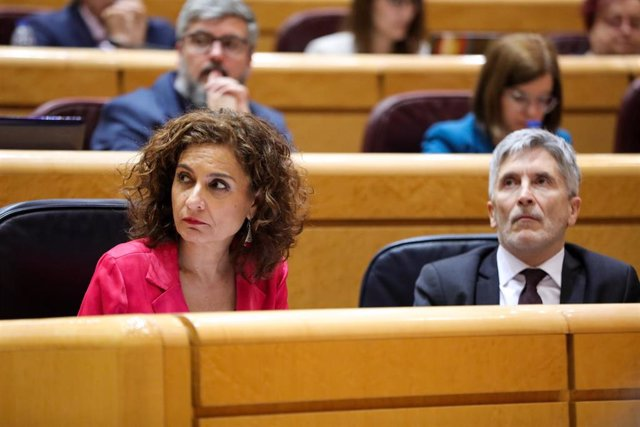 La ministra de Hacienda, María Jesús Montero, y el ministro de Interior, Fernando Grande-Marlaska, en el Senado.