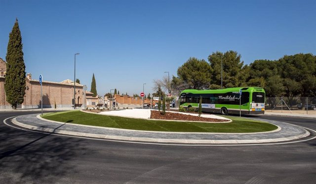 Imagen de un autobús interurbano a su paso por la localidad de Pozuelo de Alarcón.
