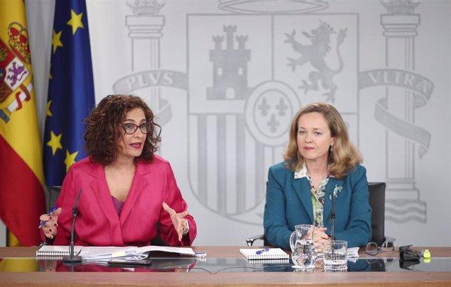 La ministra Portavoz y de Hacienda, María Jesús Montero (i) y la vicepresidenta tercera y ministra de Asuntos Económicos y Transformación Digital, Nadia Calviño (d) durante la rueda de prensa tras el Consejo de Ministros en Moncloa, en Madrid (España), a