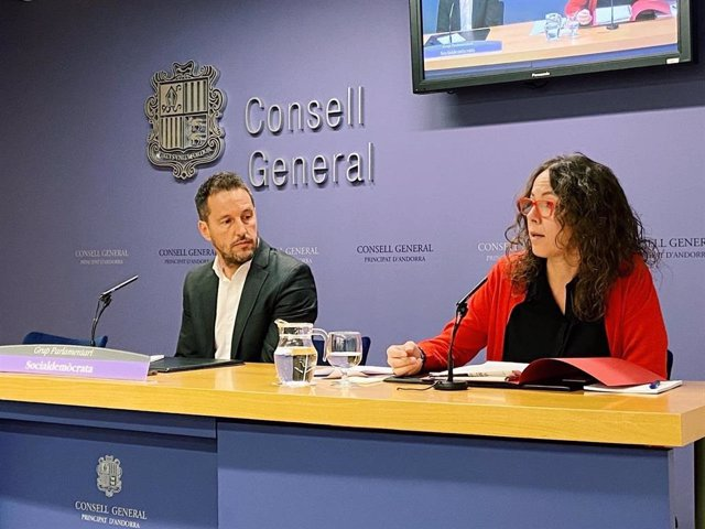 Pere López, president del Grup Parlamentari Socialdemòcrata, i Judith Salazar, la vicepresidenta, a la sala de premsa del Consell General.