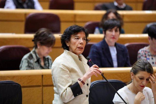 La ministra de Educación y Formación Profesional, Isabel Celaá, interviene durante la primera sesión de control al Gobierno de coalición PSOE y Unidas Podemos en el Senado este martes.