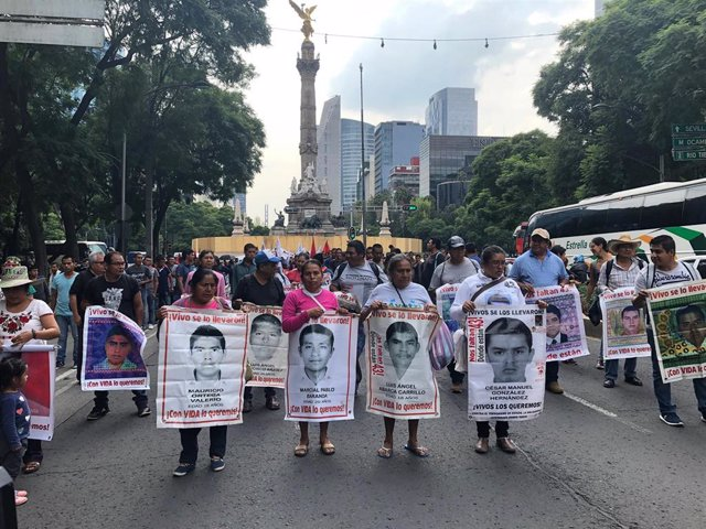Manifestación en Ciudad de México en recuerdo de los 43 'normalistas' de Ayotzinapa