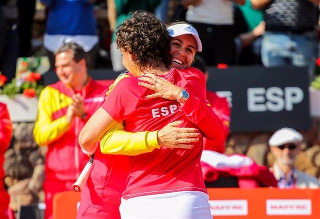 Anabel Medina y Carla Suárez se abrazan tras una victoria en la Copa Federación