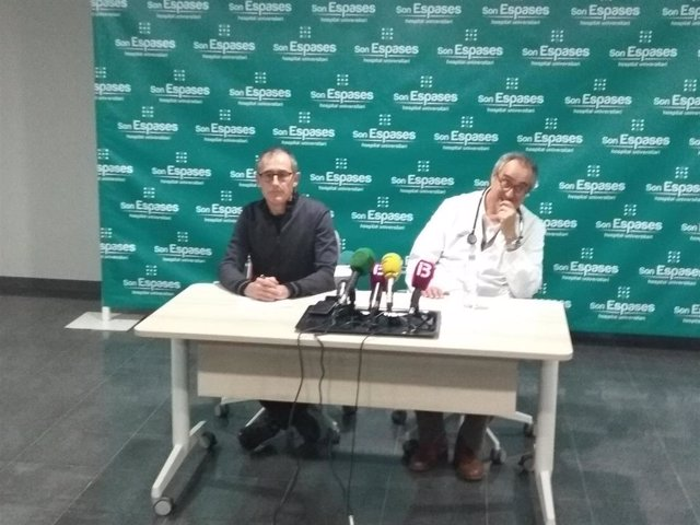 Los doctores Sión Riera y Javier Arranz, en el Hospital Son Espases.