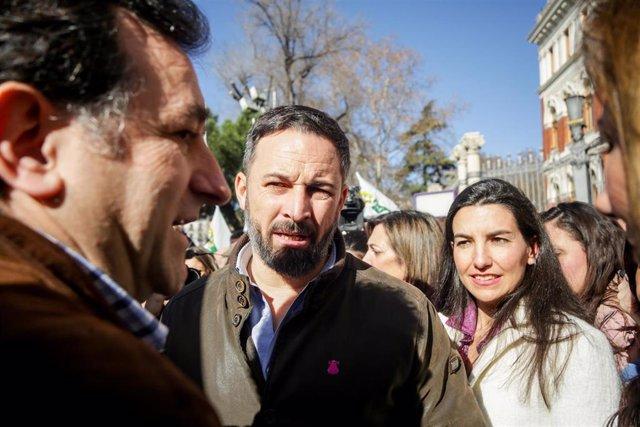 El presidente de VOX, Santiago Abascal (centro) y la portavoz de VOX en la Asamblea de Madrid, Rocío Monasterio (dech).