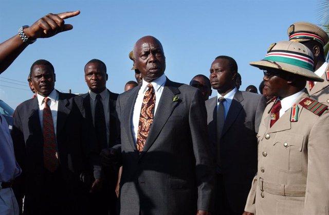 El expresidente de Kenia Daniel Arap Moi tras un atentado en Mombasa en 2002