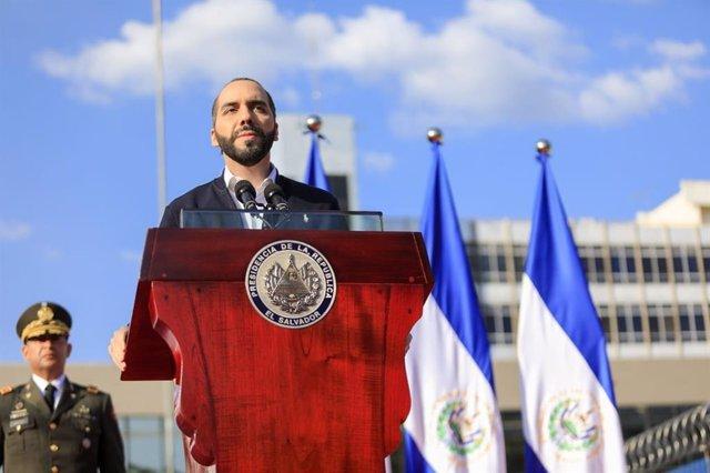 El presidente de El Salvador, Nayib Bukele, se dirige a sus simpatizantes tras la sesión extraordinaria de la Asamblea Legislativa.