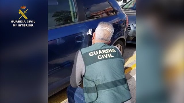 Un agente de la Guardia Civil analizando los daños