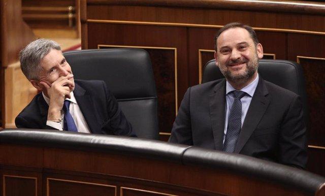 El ministro de Transporte, Movilidad y Agenda Urbana, José Luis Ábalos (dech) y el ministro del Interior, Fernando Grande-Marlaska (izq), durante una sesión plenaria en el Congreso de los Diputados, en Madrid (España), a 12 de febrero de 2020.