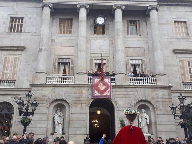 Pendón de Santa Eulàlia en la fachada del Ayuntamiento de Barcelona