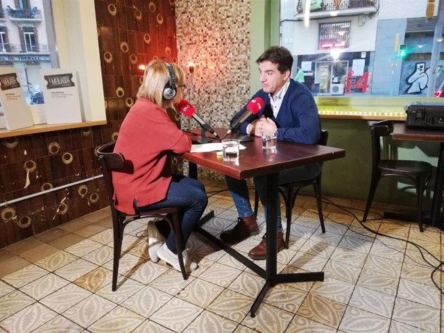 El líder de ERC en el Parlament, Sergi Sabrià y la periodista Gemma Nierga en la Sala Beckett de Barcelona