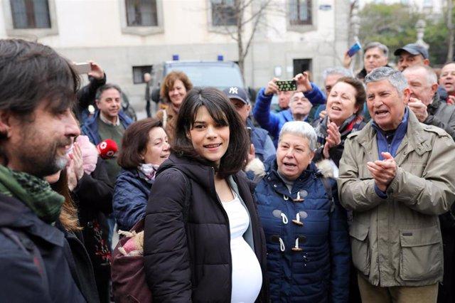 La portavoz de Unidas Podemos en la Asamblea de Madrid, Isa Serra, recibe el apoyo de diferentes concentrados, a su llegada al Tribunal Superior de Justicia de Madrid, donde declara en un juicio por participar en una protesta contra un desahucio en 2014.