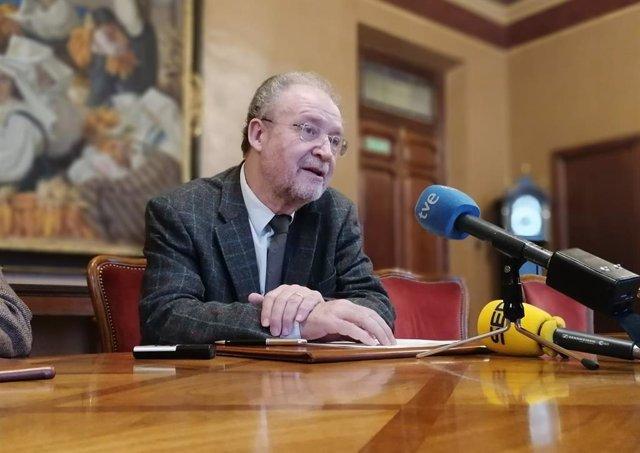 Leopoldo Tolivar durante una rueda de prensa en el Parlamento asturiano.