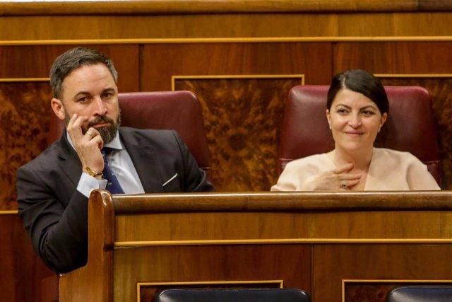 El presidente del VOX, Santiago Abascal y la secretaria general del grupo parlamentario de Vox en el Congreso, Macarena Olona