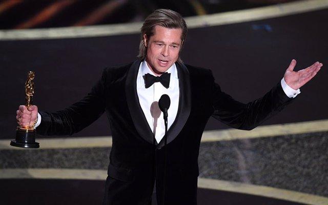 Brad Pitt recoge su Oscar al mejor actor de reparto