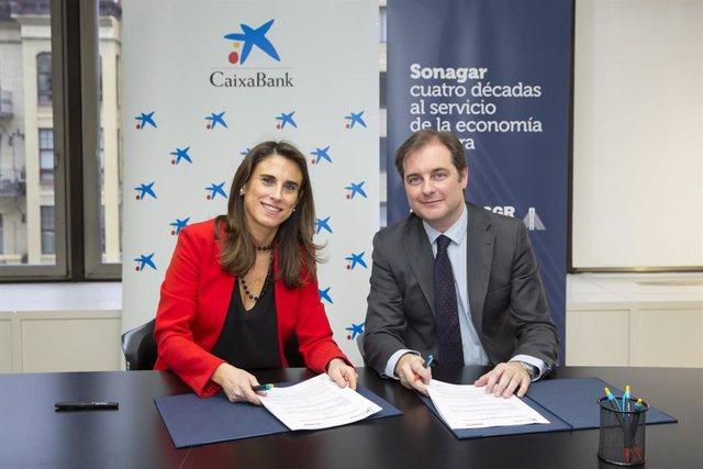 Isabel Moreno, directora territorial de CaixaBank en Navarra, y Pablo Cámara, director general de Sonagar