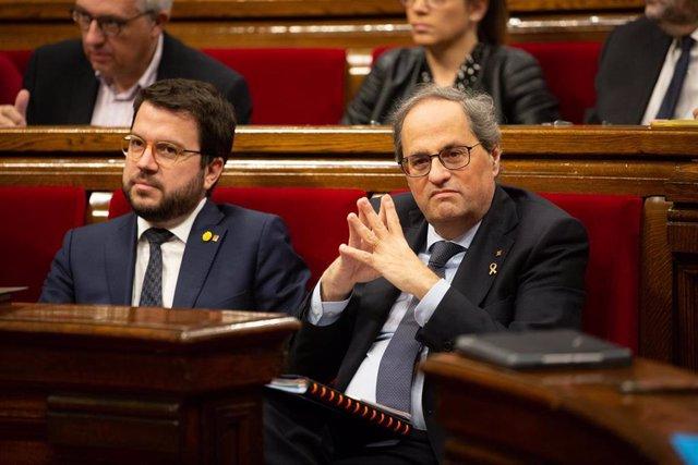 El vicepresidente y el presidente de la Generalitat, Pere Aragonès (i) y Quim Torra, durante una sesión plenaria en el Parlament de Cataluña, en Barcelona (Catalunya, España), a 12 de febrero de 2020.