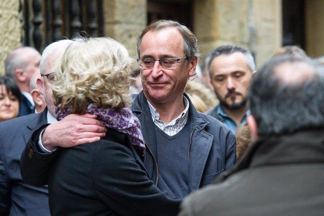 El presidente del PP vasco, Alfonso Alonso, y la viuda de Gregorio Ordóñez y presidenta de la 'Fundación Gregorio Ordóñez Fenollar', Ana Iribar, en el acto en San Sebastián