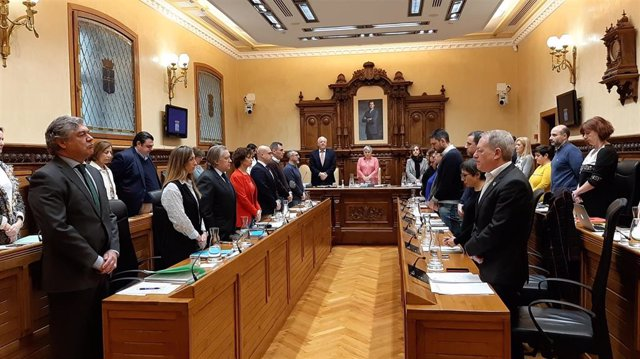 El Pleno Municipal de Gijón guarda un minuto de silencio por el asesinato de la gijonesa Lorena Dacuña Fernández