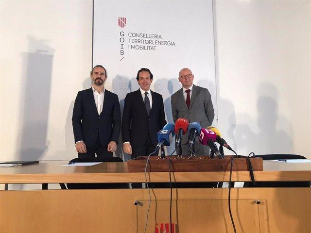 El conseller de Movilidad y Vivienda, Marc Pons, y eel director técnico de la Fundació Impulsa Balears, Antoni Riera, en rueda de prensa