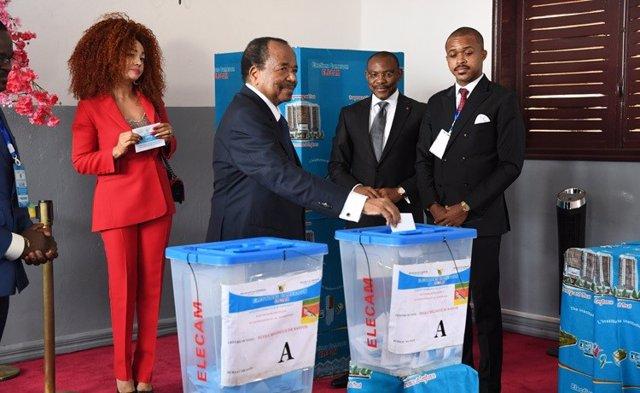 Paul Biya vota en las elecciones parlamentarias