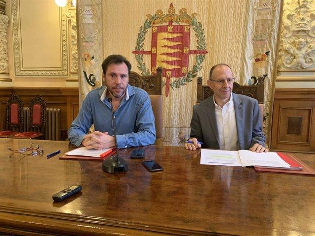 El alcalde de Valladolid, Óscar Puente, junto al concjeal delegado de Recursos Humanos, Juan Carlos Hernández.