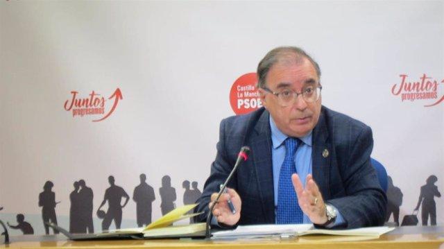 El presidente del Grupo Socialista en las Cortes, Fernando Mora, en rueda de prensa.