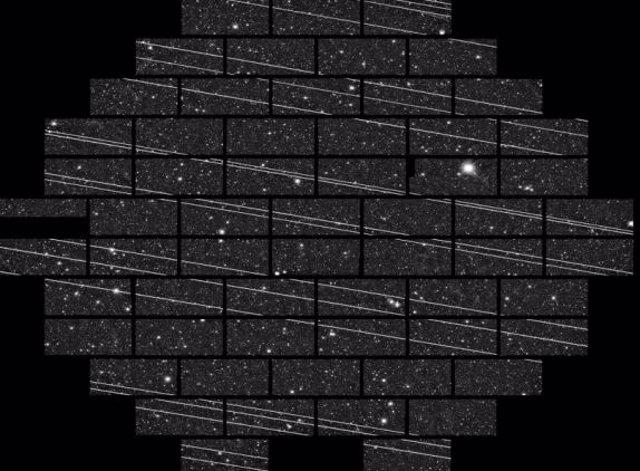 Satélites Starlink viisbles en un mosaico de imgen astronómica