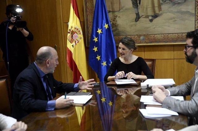 (I-D) El director de la Oficina de la Organización Internacional del Trabajo (OIT) para España, Joaquín Nieto; la ministra de Trabajo, Yolanda Díaz.