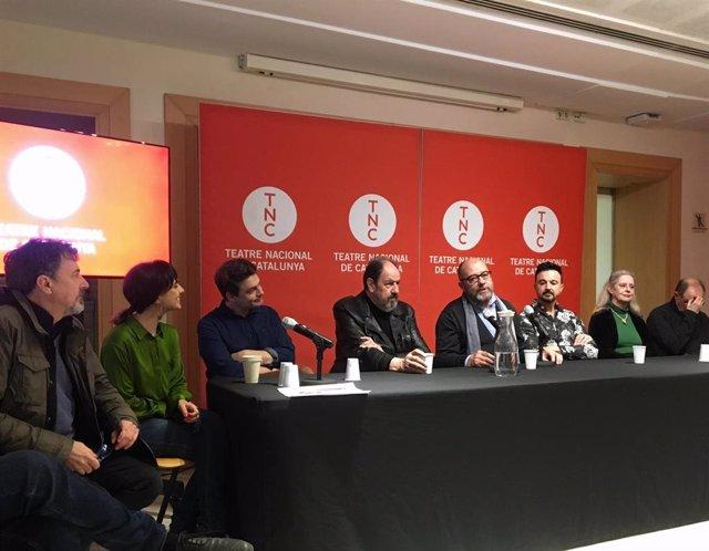 Los actores Josep Maria Pou y Vicky Peña junto al autor de la obra, Guillem Clua, el director, Josep Maria Mestres, el director artístico del TNC, Xavier Albertí, y el actor Pere Ponce, entre otros miembros de la compañía.