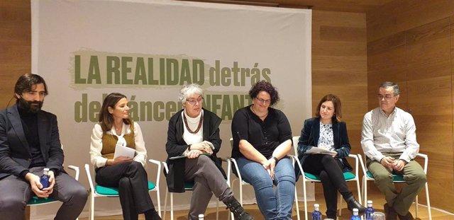 De izq a dcha: Antonio Pérez Martínez; Laura Ruiz de Galarreta (presidenta de AECC Madrid); Olga Martín, madre de niña con neuroblastoma; Patricia Nieto (AECC); Manuel Ramírez