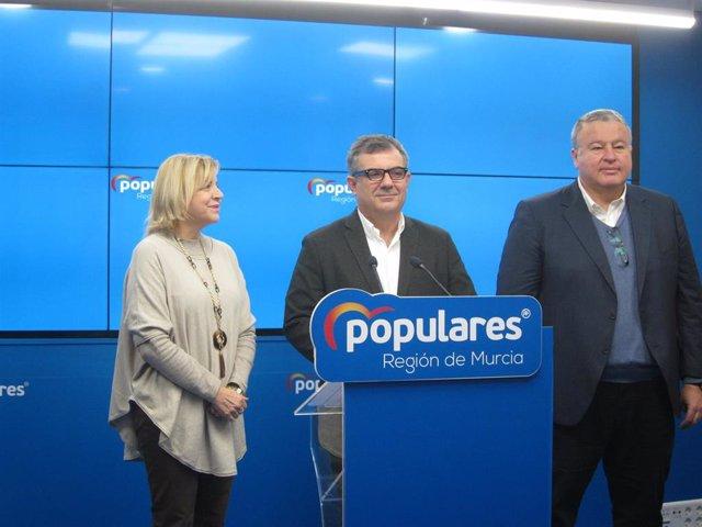 El senador del PP, Juan María Vázquez, en el centro, acompañado por los también senadores 'populares' Violante Tomás y Francisco Bernabé
