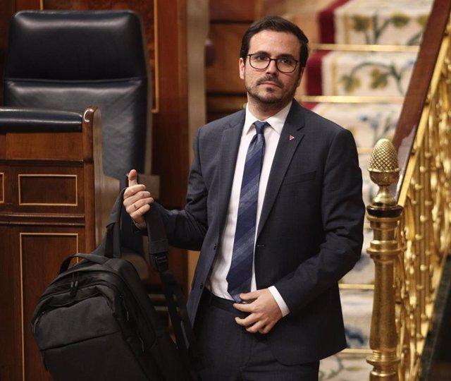 El ministro de Consumo, Alberto Garzón, abandona el hemiciclo del Congreso, durante la primera sesión de control al Gobierno en la XIV Legislatura,  en el Congreso de los Diputados, Madrid (España), a 12 de febrero de 2020.