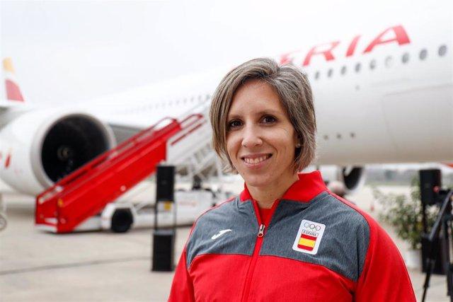 Teresa Portela junto al avión de Iberia que transportará a Tokio al equipo olímpico español