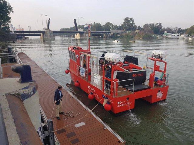 Atraque del catamarán OC- Tech Horizon