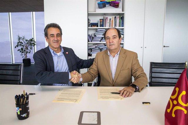 El consejero de Innovación, Industria, Transporte y Comercio, Francisco Martín, y el presidente de la Cámara de Comercio de Cantabria, Modesto Piñeiro