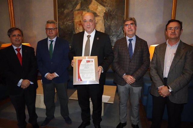 Antonio Ruiz (centro) recibe la certificación ISO 45001 para Emproacsa