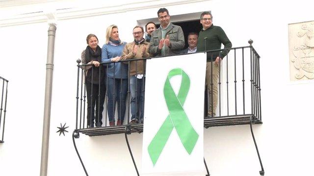 Momento en el que se ha desplegado el lazo verde en defensa del sector primario en la fachada del Ayuntamiento de Villafranca de los Barros