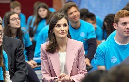 La Reina Letizia rescata su traje rosa para acercarse a los jóvenes