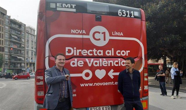 El concejal de Movilidad Sostenible y presidente de la EMT de València, Giuseppe Grezzi, junto al gerente de la entidad, Josep Enric García, tras presentar la campaña para dar a conocer los cambios en las líneas de autobús.