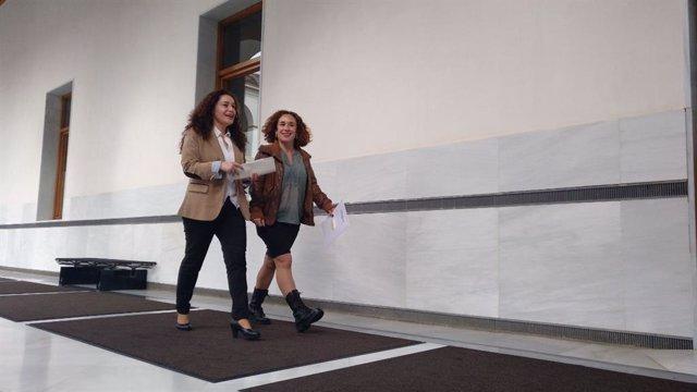 Las diputadas de Adelante Andalucía Inmaculada Nieto y Ana Naranjo, en los pasillos del Parlamento andaluz.