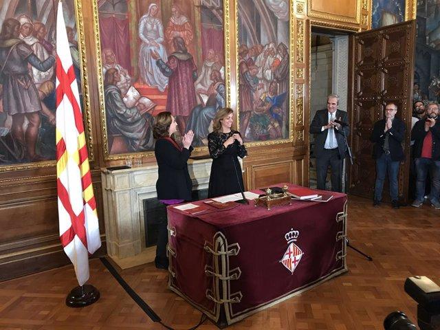 Presa de possessió de Francina Vila com a regidora, al costat de l'alcaldessa de Barcelona Ada Colau (Arxiu).