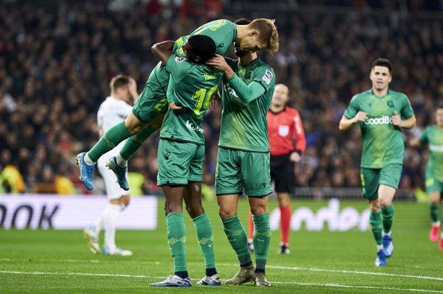 Isak y Odegaard celebran uno de los goles de la Real Sociedad ante el Real Madrid en la Copa del Rey 2019-2020