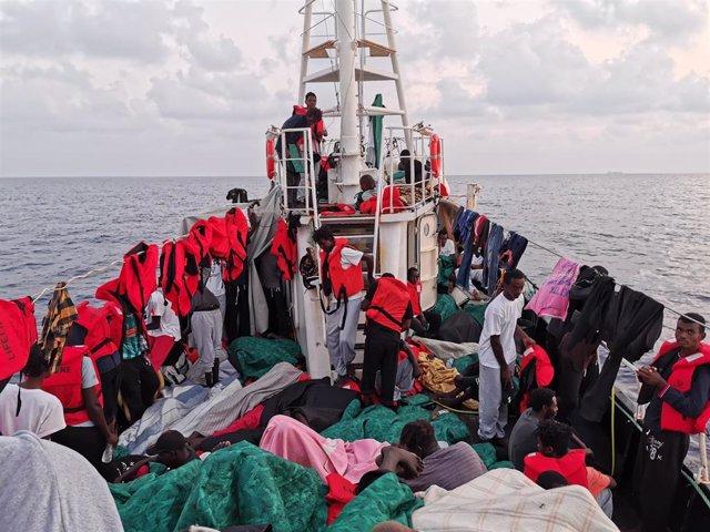Migrantes en el barco de rescata alemán 'Eleonore', apoyao por la ONG Mission Lifeline, en el mar Mediterráneo