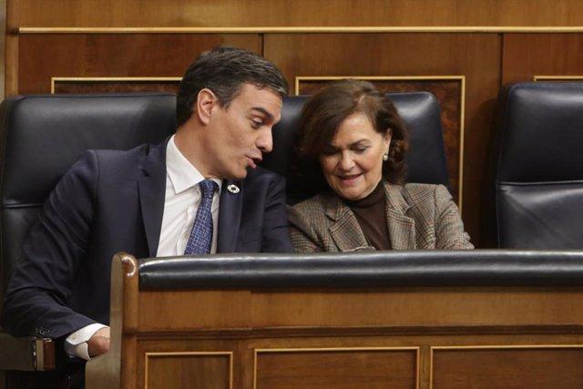 El presidente del Gobierno Pedro Sánchez y la vicepresidenta del Gobierno Carmen Calvo hablan durante la sesión Plenaria en el Congreso de los Diputados el 11 de febrero de 2020.
