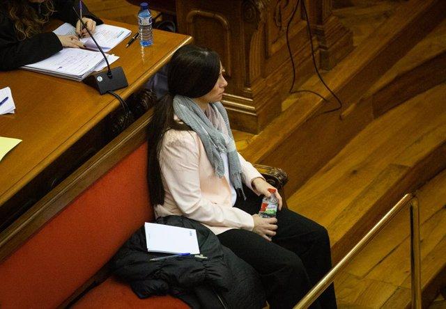 L'acusada Rosa Peral de 36 anys, agent de la Guàrdia Urbana i parella de la víctima Pedro R. asseguda al banc dels acusats a l'Audiència de Barcelona, Barcelona (Espanya), 3 de febrer del 2020.