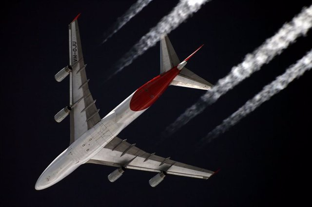 Estelas de un avión comercial