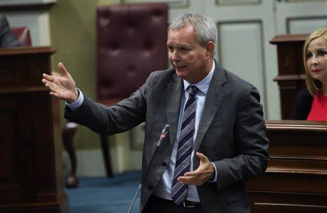 El consejero de Obras Públicas y Transportes del Gobierno de Canarias, Sebastián Franquis, en el Pleno del Parlamento