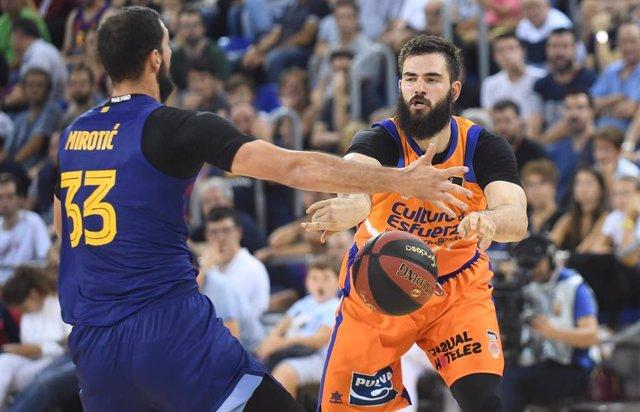 Mirotic (Barça) y Dubljevic (Valencia Basket)