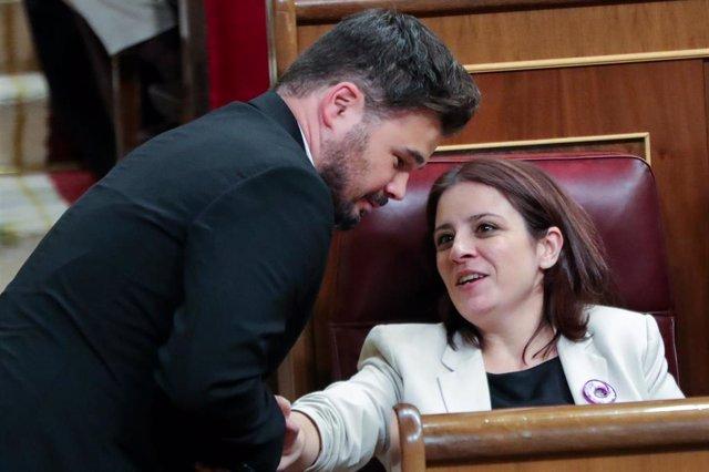 El portavoz de ERC en el Congreso de los Diputados, Gabriel Rufián, charlando con la socialista Adriana Lastra
